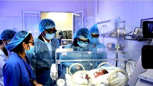Health Minister Tien visits the section for taking care of premature babies in Bac Ninh hospital (Photo: SGGP)