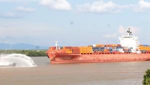 Tàu siêu trọng từ biển theo đường thủy vào TPHCM     Ảnh: CAO THĂNG