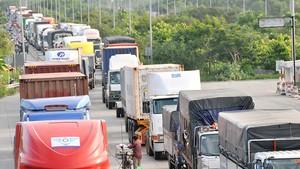 Phương tiện giao thông nối đuôi nhau vào vòng xoay Mỹ Thủy     Ảnh: THÀNH TRÍ