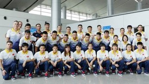 Vietnam women & men futsal teams pose photo at Tan Son Nhat Airport before arriving in Malaysia