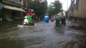 Nguyen Huu Canh street, Binh Thanh district was heavily flooded during a heavy rain in October last year (Photo: SGGP)