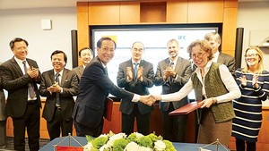 HCMC People's Committee and IFC leaders sign the cooperation MoU on city infrastructure development in Wasington D.C on December 15 (Photo: SGGP)