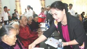 國會主席阮氏金銀向越南英雄母親贈送禮物。