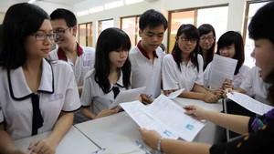 學生繳交報名考試表格。(圖源:互聯網)
