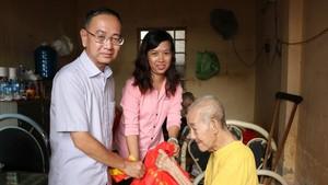 本報編委兼編輯部主任范興及工會副主席 陳月寶向玉光寺老人贈送禮物。
