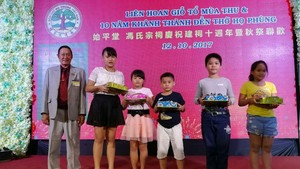 馮金星理事長發獎學金給學生。