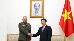 政府副總理、外交部長范平明(右)接見歐盟軍事委員會主席科斯卡拉克斯(M. Kostarakos)。(圖源:海明)