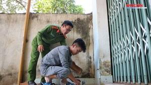 嫌犯鄭興意被押送返回現場演示埋設地雷作案過程。