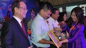 黃小香主任向潘演同志(左一)與楊迪生頒發表彰書。