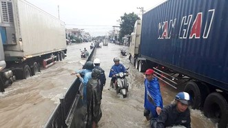 Quốc lộ 1A đoạn qua TP Cam Ranh, tỉnh Khánh Hòa ngập sâu sau mưa lũ