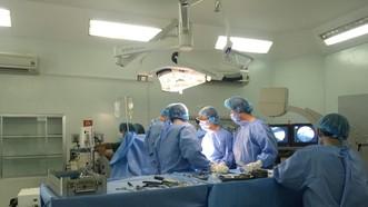 Các bác sĩ tiến hành phẫu thuật cho bệnh nhân