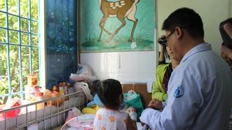 Bác sĩ đang thăm khám cho bệnh nhi