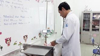 Bác sĩ đang chăm sóc và điều trị cho bệnh nhi
