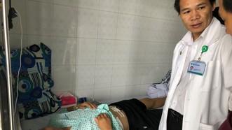 Bác sĩ thăm khám bệnh nhân sau phẫu thuật