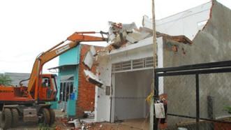 平政縣某違建房被強制拆除。