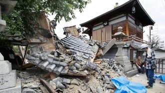 在日本大阪府茨城市,一座廟宇的大門因地震而倒塌。(圖源:互聯網)