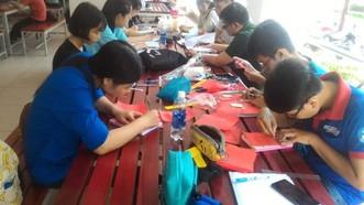 中文與俄文學系的大學生正在市師範大學為高考生製作紀念禮物。