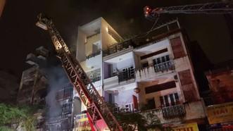 消防隊採用雲梯消防車奮勇滅火,控制火勢蔓延。(圖源:文珠)