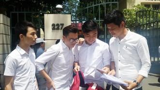 華人學生觀看大學分數以準備辦理入學手續。