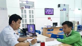 一號公證室人員在午休時間為民眾辦理手續。