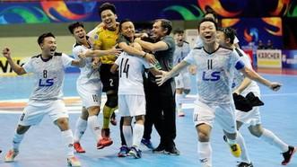 教練與球隊們獲勝後慶賀晉級決賽。