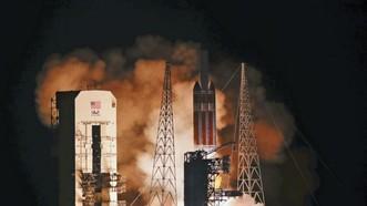 攜帶帕克太陽探測器的三角洲四號火箭於2018年8月12日在佛羅里達州卡納維拉爾角的肯尼迪航天中心37號發射場升空。(圖源:AP)