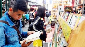 青年讀者在市書香街購買史書。