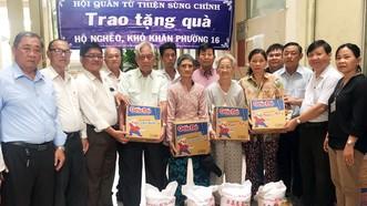 各理監事向貧困人家贈送禮物。