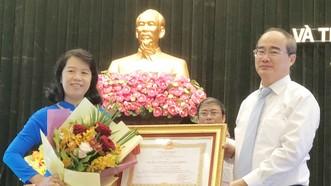 市委書記阮善仁轉授二等勞動勳章給3個教育單位代表。(圖源:黃雄)