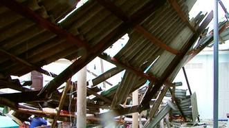 平順省富貴島縣的一間住房遭旋風吹襲掀頂倒塌。(圖源:斯兄)