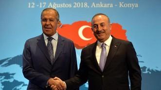 土耳其外長恰武什奧盧(右)與到訪的俄外長拉夫羅夫出席記者會。(圖源:新華網)