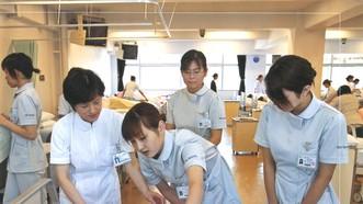 護士門在日本某一醫院裡實習中一瞥。(圖源:互聯網)