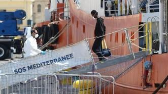 水瓶座號在馬爾他靠岸。法國等5個歐盟國家承諾分配收容船上141名移民。(圖源:AFP)
