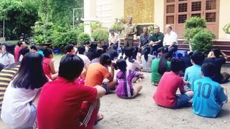 阮光中(站)與第一街區退伍軍人分會的會員向年輕人講述傳統的故事。