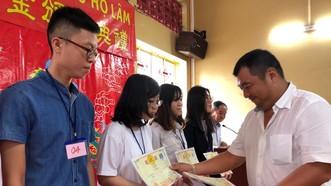 林氏宗祠常務副董事長林財給子弟頒發獎學金。