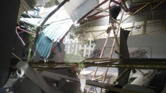 該工地調度室房頂遭鋼鐵砸穿,現場一片狼藉。(圖源:孟興)