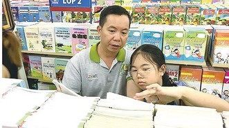 家長為孩子選購教科書。(圖源:黃雄)