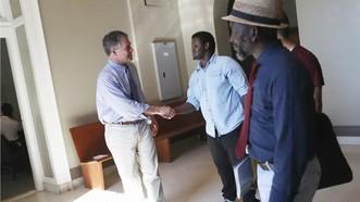 美國政府新規將增加取得永久居民身分的難度。圖為波特蘭市長斯特林姆林與索馬利亞難民見面。(圖源:AFP)