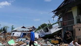 10月5日,在印度尼西亞中蘇拉威西省棟加拉縣,災民在房屋廢墟中尋找可用物品。(圖源:新華網)