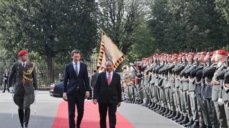 政府總理阮春福與奧總理庫爾茨一同檢閱儀仗隊。(圖源:越通社)