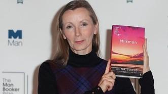 2018年度英國布克文學獎當地時間16日晚揭曉,英國女作家安娜‧伯恩斯憑藉小說《送奶工》獲此殊榮。(圖源:互聯網)