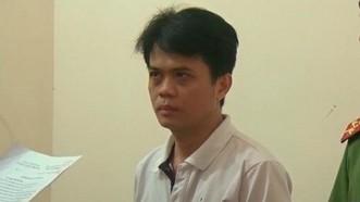 阮清雄在聽法警宣讀拘捕令。(圖源:俊光)