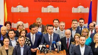 馬其頓議會當地時間19日投票通過政府啟動修改憲法進程的動議,為馬其頓更改國名鋪路後,總理扎埃夫向媒體發表講話。(圖源:路透社)