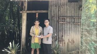 新熙印刷責任有限公司經理梁敬波代表何新權先生將善款轉交給杜文越。