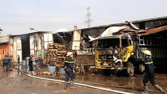 消防力量聞訊後調派多輛專用消防車趕抵現場滅火。(圖源:黎潘)