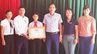 拾金不昧的八年級女生小林(左三)獲表彰與獎勵。(圖源:武慶)