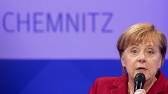 德國總理默克爾當地時間16日表示,德國的難民政策應更多從源頭解決難民問題,政府應在幫助移民融入社會等方面加大投入。(圖源:AP)