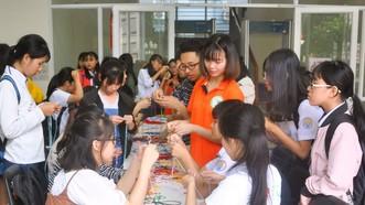 學生參加編織中國結。