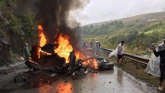 牽引車擦撞山壁後起火燃燒現場。(圖源:互聯網)