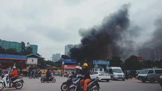 濃煙衝天的火警現場。(圖源:阮德)